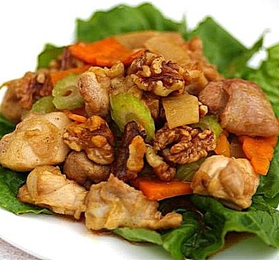 Мясо с сельдереем и орехом