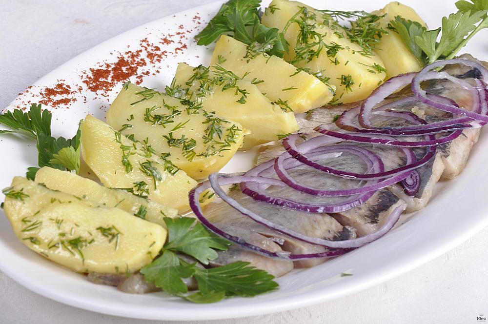 Селёдочка с луком и картофелем